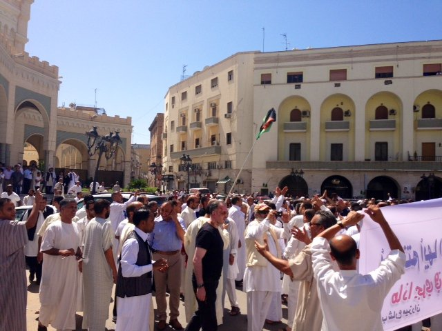 Demonstrator outside the mosque in ALgeria Square today demanding the Prime Minister be sacked (Photo: Aimen Eljali)