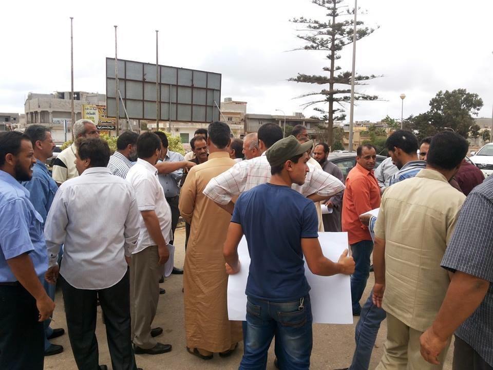 Protestors oustide the court in Beida