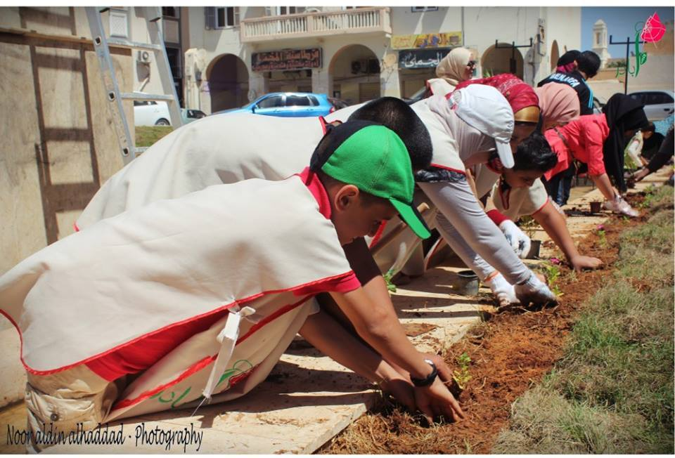 Children and youth volunteering to clean up debris from the blast at the office of Foreign Ministry in Benghazi. (Photo: For You Benghazi Facebook)