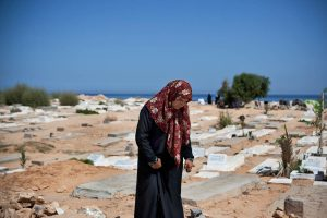 A grieving woman in a Tripoli cemetery (Photo: Benjamin Lowy)