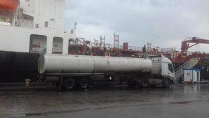 Petrol tankers loading from oil tanker Anwar Al Naser at Tripoli port. (Photo: BREGA).