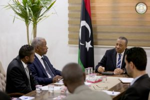Thinni meets with Tawergha delgation (Photo: Interim government, Beida)
