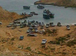 A shot said to show fuel smugglers loading vessels in an unidentified cove (Photo: social media)
