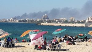 Beachgoers within sight and sound of the battle (Photo: social media)