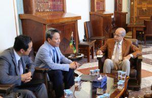 South Korean ambassador Kim Young-chee (centre) with Central Bank of Libya governor (Sad